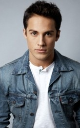 Michael Trevino profil resmi